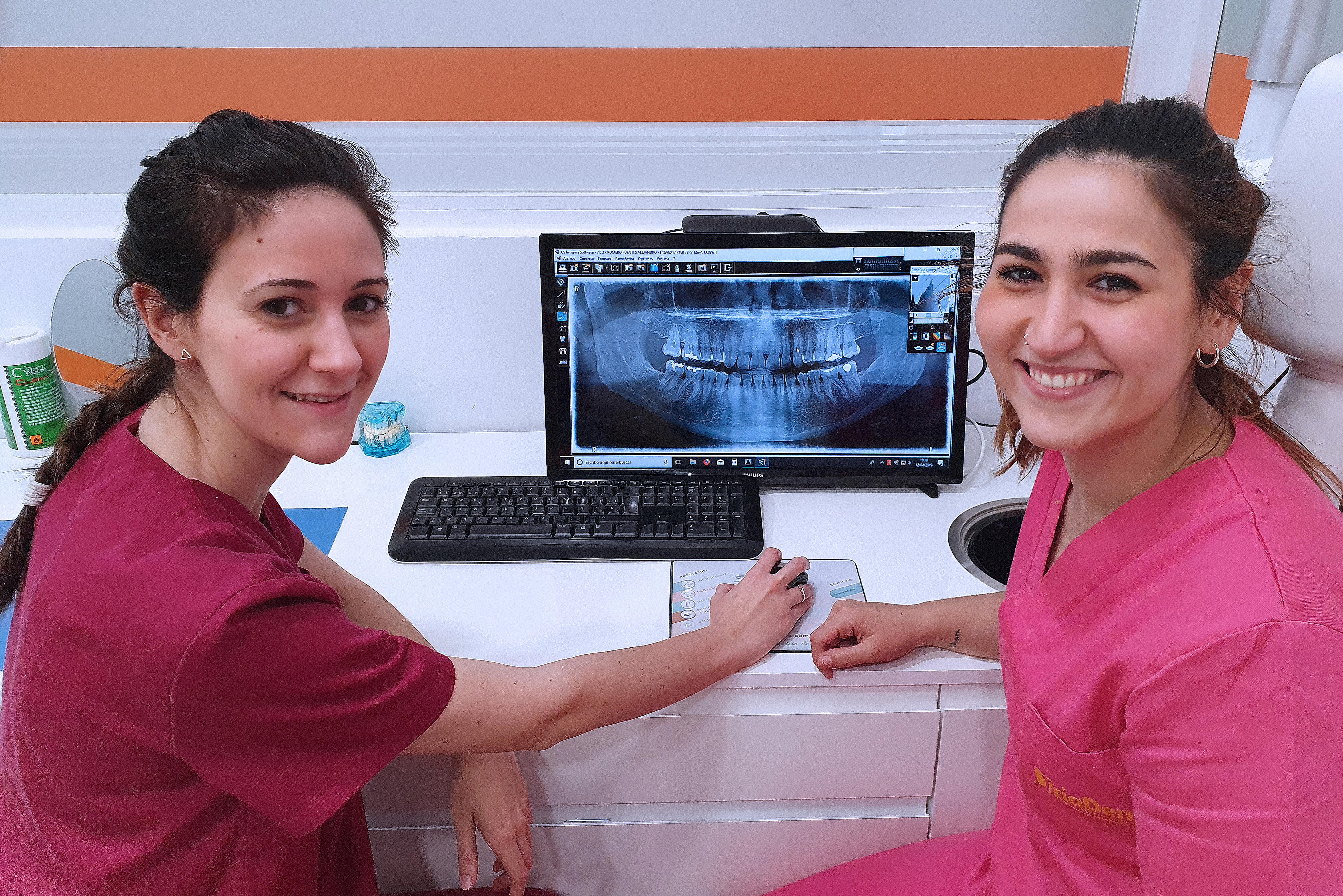 Dra López Álvarez e higienista Macarena Garzón consultando radiografía de boca en ordenador